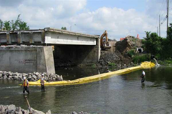 bjälksättningar i floden för brobunksarbete