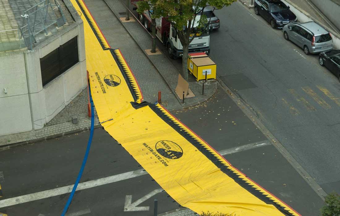 Barrières anti inondation souples protégeant une descente de parking.