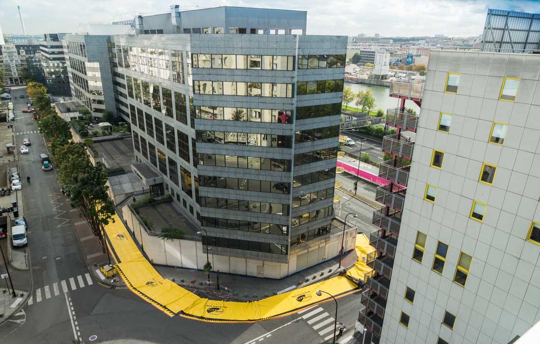 Prévention crue centennale : les protections anti-inondation ceinturent un bâtiment quai de Bercy.