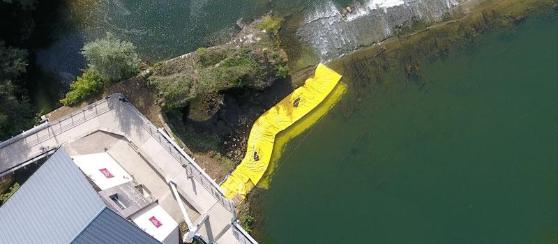 Torkar upp en arm av floden på Doubs. 2 Flexibla Water-Gate © WA-6050 och WA-6030 kofferdammar anslutna tillsammans.