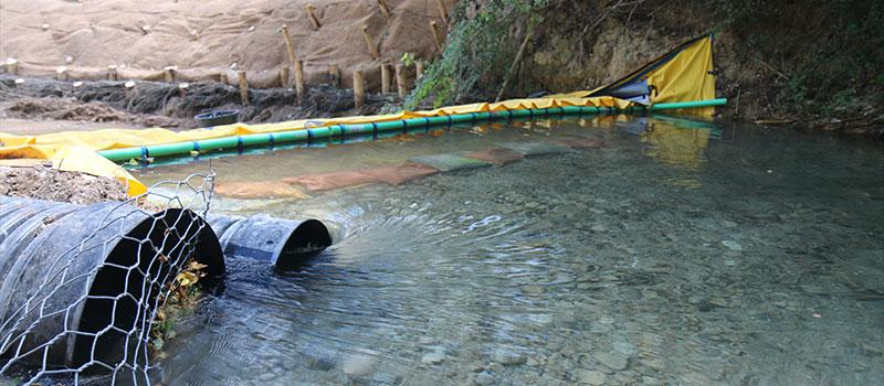 Dränering av CARAMY-floden med flexibel Water-Gate © -damm. The Foresters Company