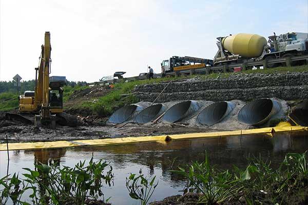 """"""" River fungerar. Flexibel Water-Gate © kofferdammar. L-formad installation uppströms. Munstycke, avledning av en ström."""""""