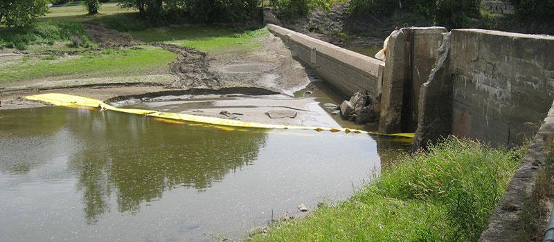 Dik nedsänkning. Water-Gate © installation i L från banken. Kanada augusti 2005
