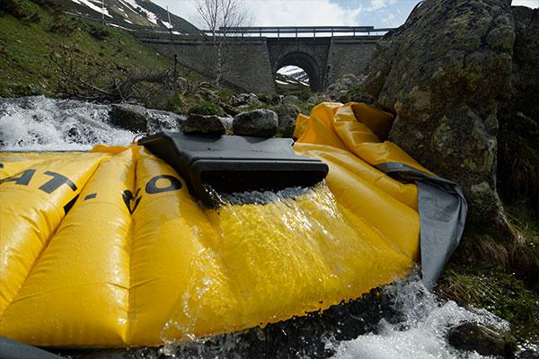 Flexibel Water-Gate © -kassa installerad på en arm av en bergsflod med DS-1200-ytan utan dess flexibla rör.