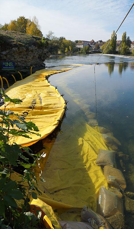 Flexibel kofferdam Water-Gate ©. Flodprojekt. Bro över Doubs-renoveringen. Dole