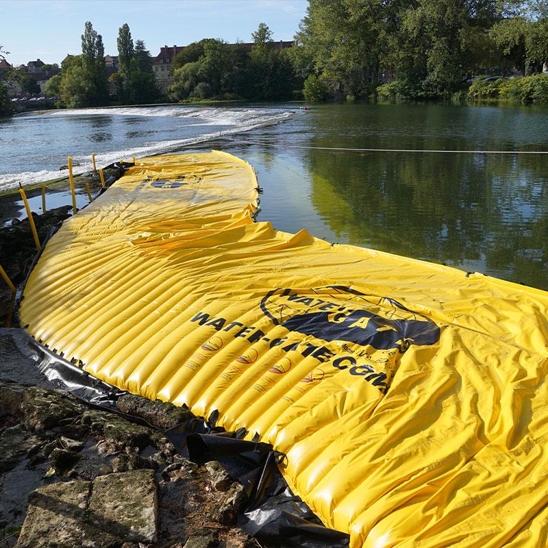 Torkar upp en arm av floden på Doubs. Den flexibla kassan är placerad på vänstra stranden i förlängningen av tröskeln till Dole.