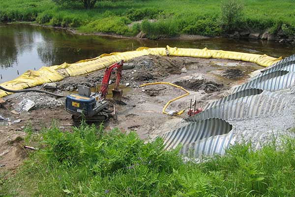 """"""" River fungerar. Flexibel Water-Gate © kofferdammar. Munstycke, avledning av en ström."""""""