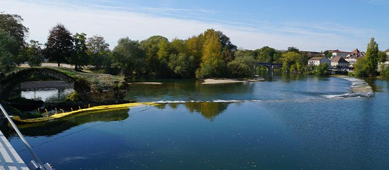 Water-Gate © flexibla kofferdammar installerade som en förlängning av tröskeln till Dole på Doubs för reparation av en båge klassificerad som ett historiskt monument