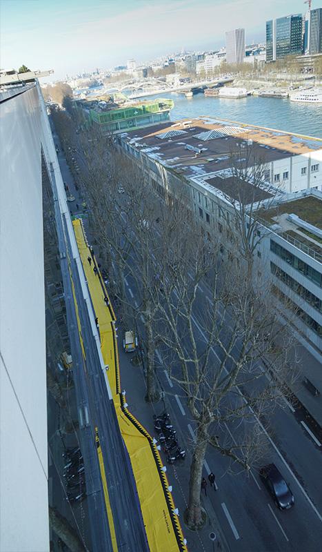 Quai de Seine : bâtiment protégé par les Barrières Water-Gate. Le tracé épouse la forme du bâtiment et évite les réseaux et mobiliers urbains.